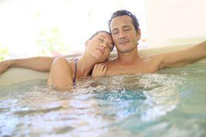 Couple se relaxant dans un spa