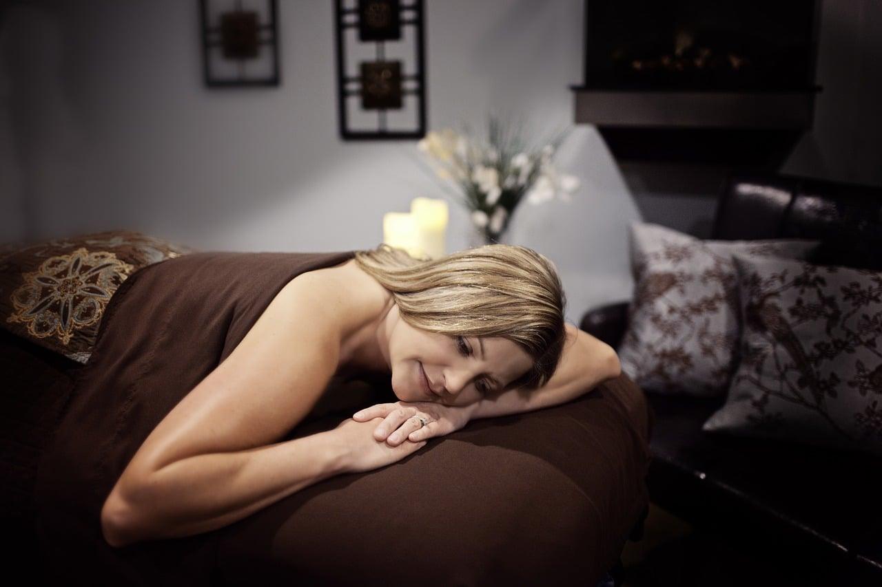 femme qui se repose sous un ventilateur de plafond