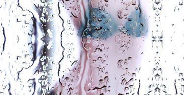 femme sous la douche