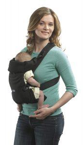 Bébé avec sa maman dans le porte bébé Chicco Easy Fit