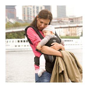 Bébé contre sa maman dans son porte bébé Manduca MANS-BK