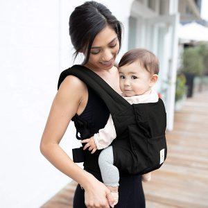 Maman avec bébé dans son Porte bébé Ergobaby
